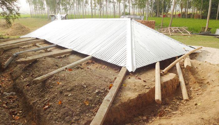 গুরুদাসপুরে মাদ্রাসা ঘর নির্মাণ শেষ না হতেই ভেঙে পড়ল