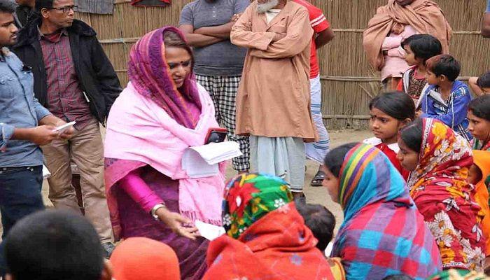 নাটোর-৪: নারীদের কাছে নৌকায় ভোট চাচ্ছেন এমপিকন্যা মুক্তি