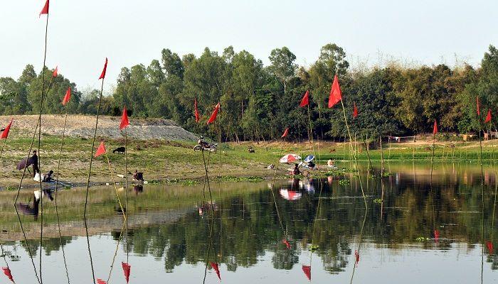 গোবিন্দগঞ্জের করতোয়া নদীতে মা মাছ শিকার করছে প্রভাবশালীরা