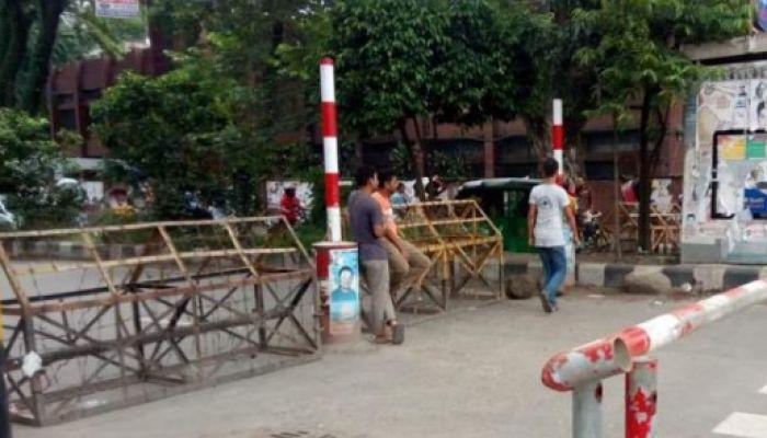 ঢাবি ক্যাম্পাস দিয়ে গণপরিবহন ঢুকতে দিচ্ছে না শিক্ষার্থীরা