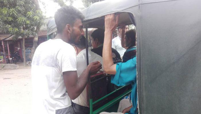 বাবার চিকিৎসার টাকা জোগাড় করতে কলেজ শিক্ষার্থী রাস্তায়