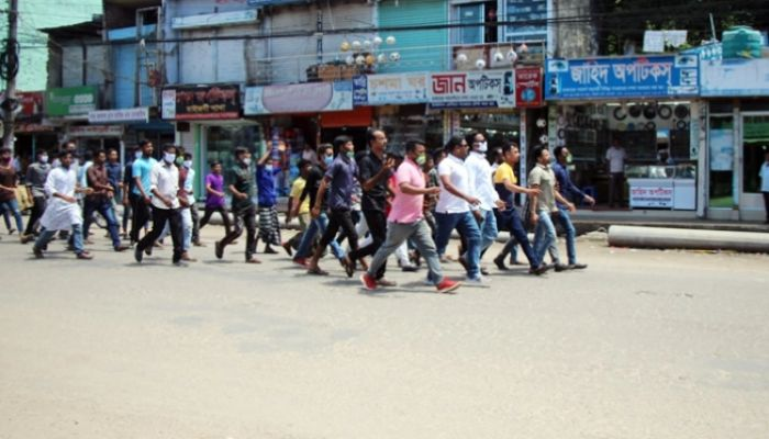 নোয়াখালীতে ১৪৪ ধারা ভঙ্গ করে মিছিল, পুলিশের লাঠিচার্জ
