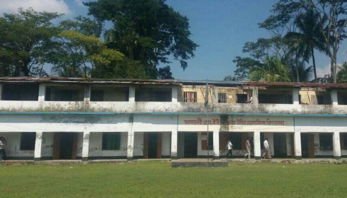 আমতলীতে নাজুক বিদ্যালয় ভবন, ঝুঁকিতে শিক্ষার্থীরা