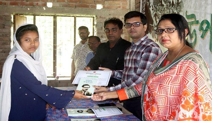 বাল্যবিয়ে বন্ধ করে সাহসীকতার সনদ পেলো ৩ স্কুল ছাত্রী