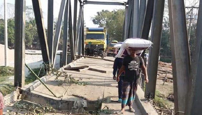 আমতলীর আড়পাঙ্গাশিয়া নদীর বেইলি ব্রীজ ভেঙ্গে যোগাযোগ বন্ধ