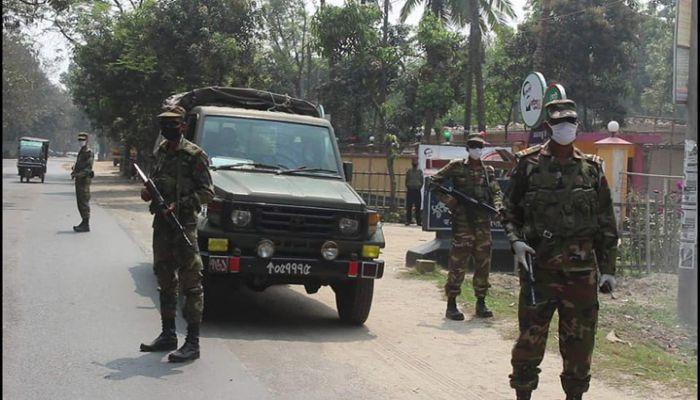 ঠাকুরগাঁওয়ে সেনাবাহিনীর টহল
