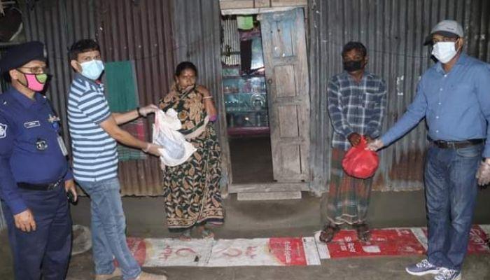ডিমলায় মধ্যরাতে অসহায়দের বাড়িতে খাদ্যসামগ্রী নিয়ে পুলিশ সুপার