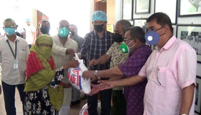 গোপালগঞ্জ জেলা পরিষদের দুই হাজার পরিবারকে খাদ্য সহায়তা