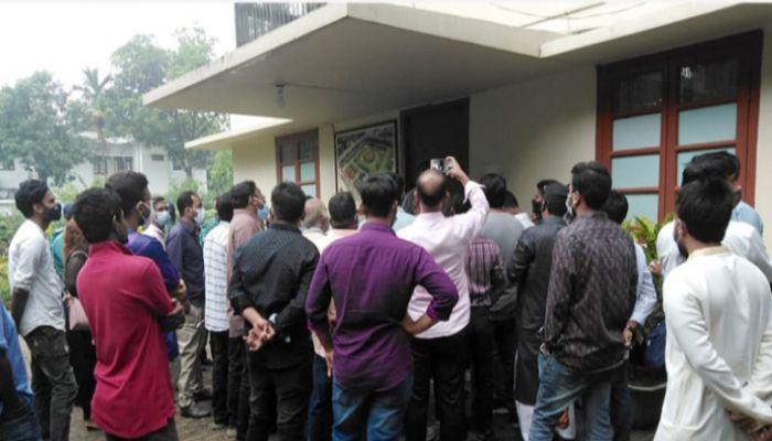 রাবি উপাচার্যের বাসভবনে তালা ঝুলিয়েছে 'অবৈধ' নিয়োগপ্রাপ্তরা
